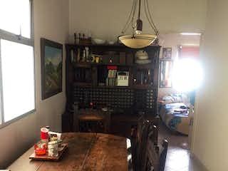 Una sala de estar llena de muebles y una mesa en Apartamento en Venta CALASANZ
