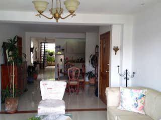 Una sala de estar llena de muebles y una lámpara de araña en Apartamento en Venta MIRAVALLE