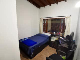 Una cama sentada en un dormitorio junto a una ventana en Finca en Venta BELÉN