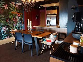 Un comedor con una mesa y sillas en Lago Alberto 300, BE GRAND ALTO POLANCO AMUEBLADO