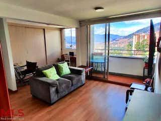 Una sala de estar llena de muebles y una gran ventana en San Diego Campestre