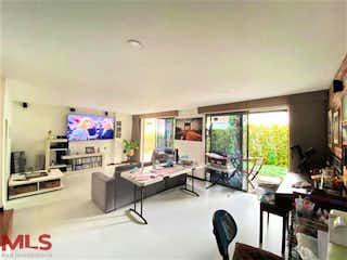 Una sala de estar llena de muebles y una televisión de pantalla plana en Mirador del Esmeraldal