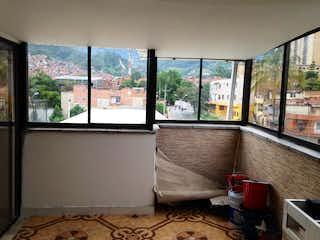Una sala de estar con un sofá y una mesa en Apartamento en venta en Universidad Medellín 108m² con Balcón...