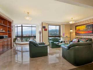 Una sala de estar llena de muebles y una televisión de pantalla plana en APARTAMENTO PARA LA VENTA EN EL POBLADO
