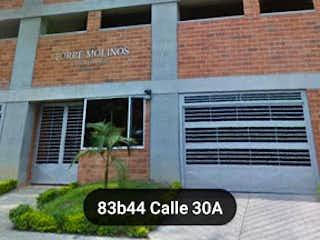 Un banco de madera sentado delante de un edificio en Apartaestudio en Venta BELEN LOS MOLINOS