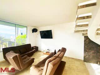 Una sala de estar llena de muebles y una ventana en Villas de Petran