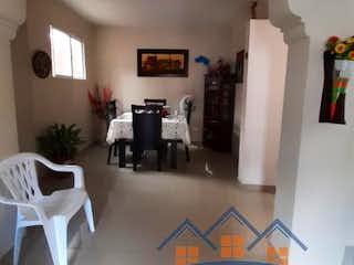 Una sala de estar llena de muebles y una mesa en
