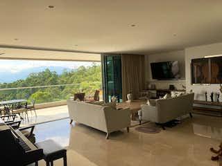 Una sala de estar llena de muebles y una televisión de pantalla plana en Hermoso en Altos del Poblado vista consolidada se vende rentando