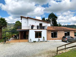 Una casa que tiene un banco en ella en Casa Finca independiente con fonda y explanacion para caballerizas