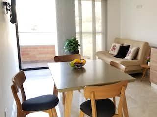Una sala de estar llena de muebles y una mesa en Apartamento especial ubicacion rosales