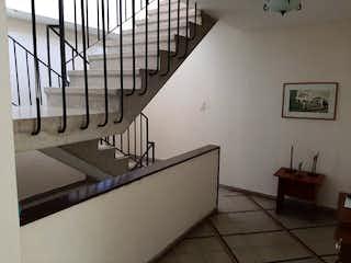 Un cuarto de baño con lavabo y un espejo en Venta casa Laureles PISO 2-3 C.3367709