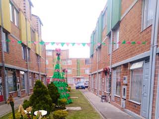 Una calle llena de edificios altos y una calle en VENDO CASA en conjunto Pinar de la Fontana SUBA- 150 Mlls-YG