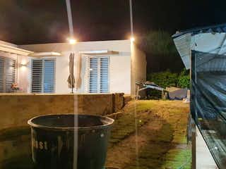 Un cuarto de baño con un lavabo y una bañera en Casa en venta en Girardot con acceso a BBQ