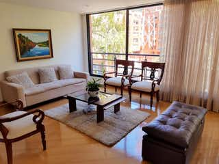 Una sala de estar llena de muebles y una ventana en Apartamento en venta en Bella Suiza, 105mt
