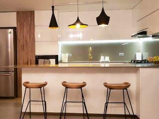 Una cocina con una mesa y sillas en ella en 103724 - Vendo Apartamento Poblado Medellin