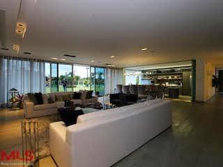 Una sala de estar llena de muebles y una gran ventana en Sibaris