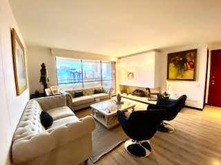 Una sala de estar llena de muebles y una gran ventana en Montemadero