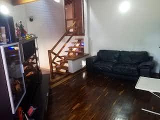 Una sala de estar llena de muebles y un suelo de madera dura en Venta Casa El Tesoro C.3369559