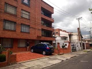 Un coche estacionado delante de un edificio en Apartamento En Venta En Bogota Lisboa