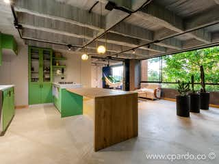 Una cocina llena de muchos muebles y una gran ventana en Apartamento en venta en El Campestre 85m² con Jardín...