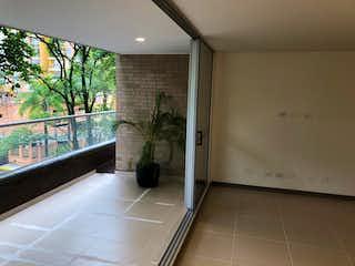 Un cuarto de baño con ducha y una planta en él en Apartamento en Venta, Envigado parte baja