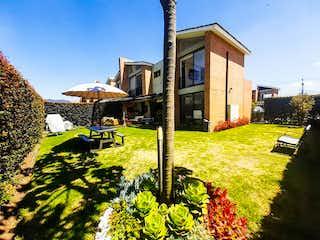 Una casa que está sentada en la hierba en Casa en venta en Chuntame, de 362mtrs2