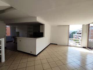 Una gran cocina blanca con un piso blanco en Apartamento en venta en Barrio Colón con Balcón...