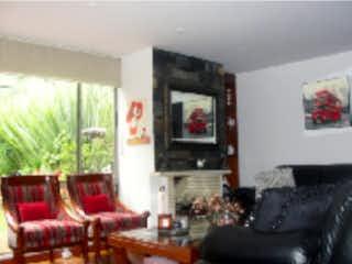 Una sala de estar llena de muebles y una televisión de pantalla plana en Casa en venta en Barrio San José De Bavaria de 3 alcoba