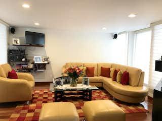 Una sala de estar llena de muebles y una televisión de pantalla plana en Casa En Venta En Bogota Santa Ana Occidental