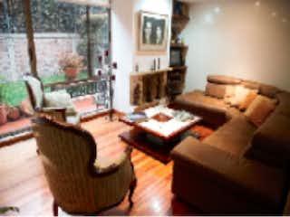 Una sala de estar llena de muebles y una chimenea en Casa en venta en Barrio San José De Bavaria de 3 hab. con Jardín...