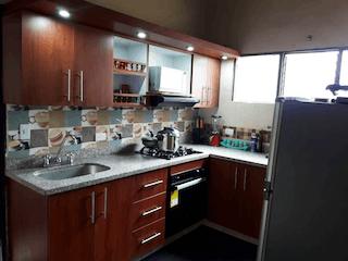 Una cocina con una estufa de fregadero y horno en Casa en Venta Boston