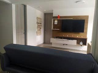 Una sala de estar con un sofá y televisión en Vendo apartamento de 55 m2 en La Loma de los Bernal, Medellín