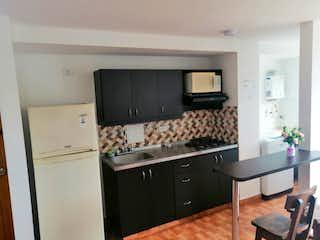 Una cocina con una estufa de nevera y fregadero en Apartamento en venta en La Estrella