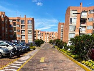 Una calle de la ciudad llena de coches y edificios estacionados en Apartamento En Venta En Bogota Mazuren