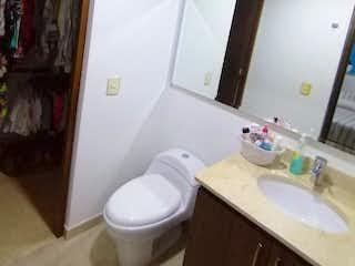 Un cuarto de baño con lavabo y espejo en Apartamento En Venta En Medellin Las Palmas