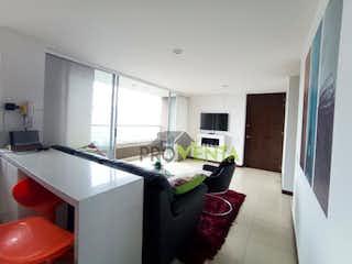 Una cocina con un lavabo una mesa y sillas en Apartamento en venta Poblado  Las Palmas
