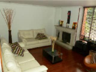 Una sala de estar llena de muebles y una chimenea en Casa en venta, ubicada en Del Monte