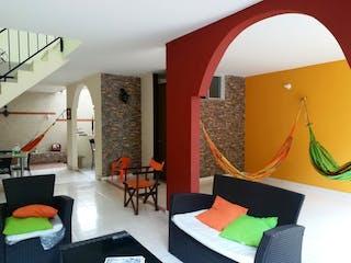 Una sala de estar llena de muebles y una ventana en VENDO CASA EN LA VEGA