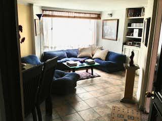 Una sala de estar llena de muebles y una chimenea en Vendo ganga en Pontevedra