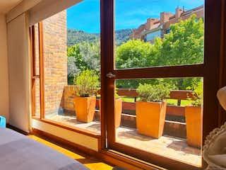 Una cama sentada en un dormitorio junto a una ventana en Vendo casa Usaquén, 4 alcobas, terraza y balcón vista cerros oriental
