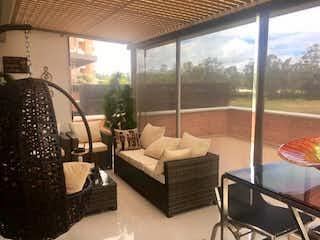 Una sala de estar llena de muebles y una gran ventana en Hermoso apartamento con terraza sector Lotus, Rionegro