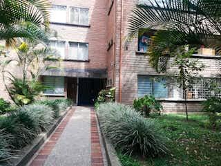 Un edificio de ladrillo con un árbol en frente en Apartamento en Venta CARLOS E. RESTREPO