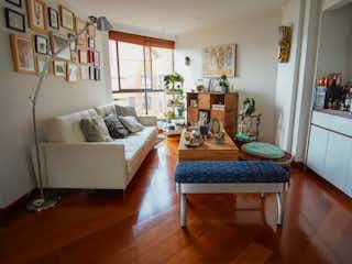 Una sala de estar llena de muebles y un suelo de madera en Apartamento en Venta POBLADO