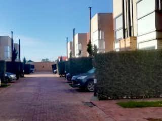 Un coche está estacionado en el lado de la calle en Casa en Venta VEREDA TIQUIZA