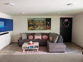 Una sala de estar llena de muebles y una televisión de pantalla plana en DEPARTAMENTO REMODELADO CON ROOF GARDEN PRIVADO.