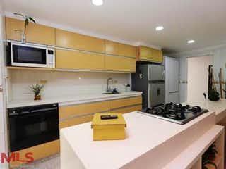 Una cocina con una estufa de fregadero y microondas en No aplica