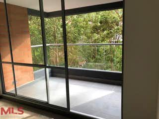 Una ventana que está abierta en una habitación en Alameda