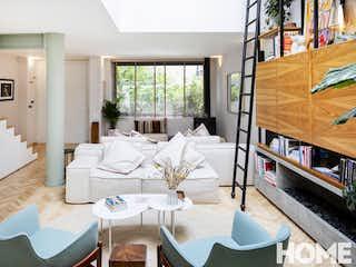 Una sala de estar llena de muebles y una televisión de pantalla plana en ESPECTACULAR CASA REMODELADA DE 3HABS – VENTA/RENTA – Cra3A Cll 63 – CHAPINERO ALTO