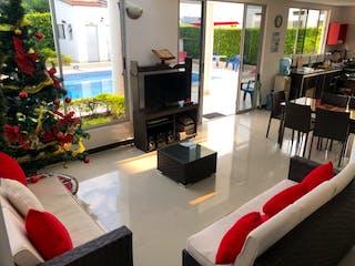 Una sala de estar llena de muebles y una televisión de pantalla plana en Casa en venta en Casco Urbano Anapoima, de 800mtrs2