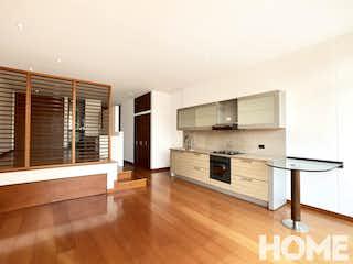 Una cocina con suelos de madera y armarios de madera en GRAN LOFT AMPLIA AREA SOCIAL – VENTA – Cll 106 Cra 17A – SAN PATRICIO